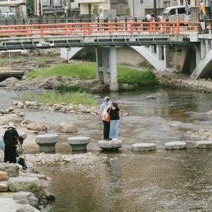 PENTAX 67とありがちな川の置き石の上で写真を撮る人たち