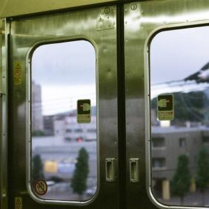 CONTAX G1と防府駅を出たあたりの電車のドアの窓