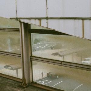 CONTAX G1と防府駅の壁の窓から見る駅前の風景