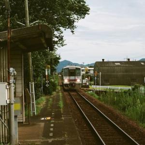 CONTAX G1と無人駅の板持駅に入線する朝のディーゼルカー
