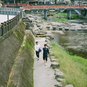 GA645Ziと湯本温泉音信川の遊歩道を歩く人達