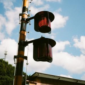 MINOLTA TC-1と踏切の警報の赤ランプ点灯