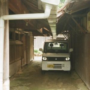 MINOLTA TC-1と軒下の軽トラック