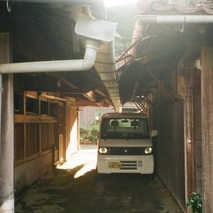 CONTAX TVSと家と小屋の間の軽トラ