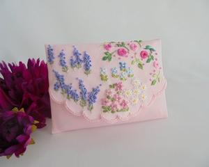 にぎやかな刺繍でポケットティッシュケース ラベンダーとバラの咲く庭 イングリッシュガーデン