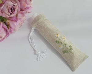 カモミール刺繍の携帯スプレーホルダーができました