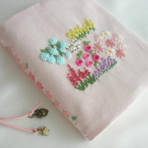 手刺繍 手帳カバー 青いお花が下がる庭 イングリッシュガーデン