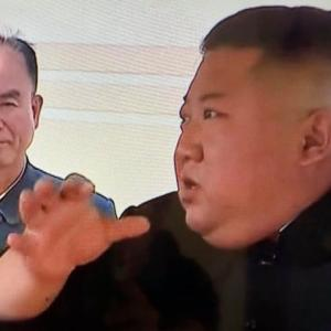 金正恩氏の右手首にある小さな傷痕のような黒子は一体何なのか?