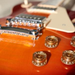 ギブソンギターの甘い香りは実は◯◯の匂いだった!