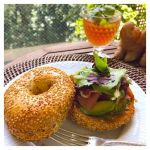 朝ごはんは、コストコ食材で美味しいベーグルサンド。
