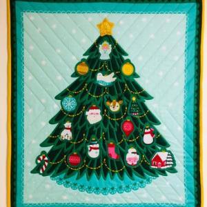 母のパッチワーク(クリスマスツリーのキルト完成)