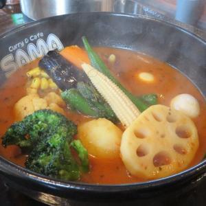 札幌 スープカレーSAMU ど派手な外観だけれどお味は実力派 熱いカレーで暑気払い