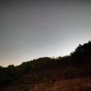 山村の人懐中電気の光
