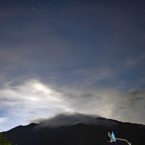 雲かかる山頂