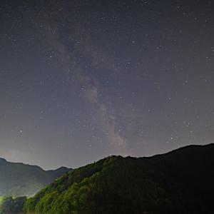 左下に見える橋奥多摩湖を渡り小菅村に