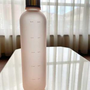 時間目盛り付ボトルで水を飲む