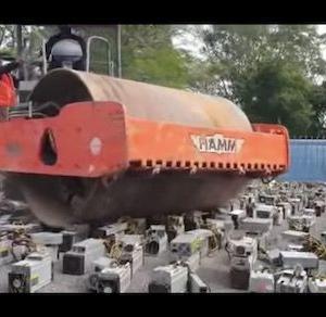 【悲報】マレーシア警察、ロードローラーで1069台のPCを踏み潰す 押収したビットコイン採掘マシンを処分風景を公開