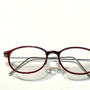 次は赤い縁のメガネ