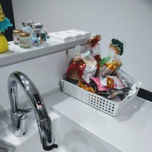 キャンドゥで解決。シンプル収納でキッチン周りをスッキリ。ブレッドケースにも。