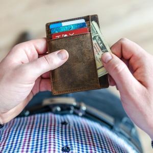 20代と30代前半はお金が貯まらないって本当?年齢別収入と支出を検証