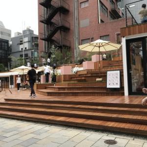 青山表参道交差点の新しい公園とフルラ
