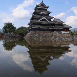 現存天守で国宝の松本城 堀に映る逆さ松本城