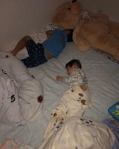 同じ寝相の子供達: