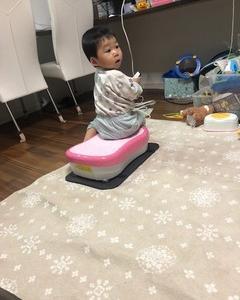 ママのダイエット器具で遊ぶ弟: