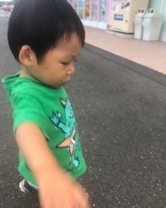 ニイニのスイムの終わりを西松屋の前で待つ弟: