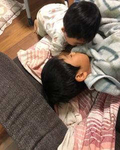 兄弟でキスをします: