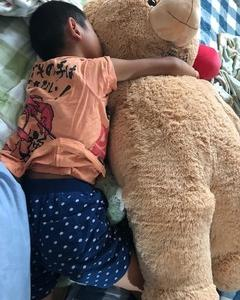 コーちゃんを抱っこして寝ます: