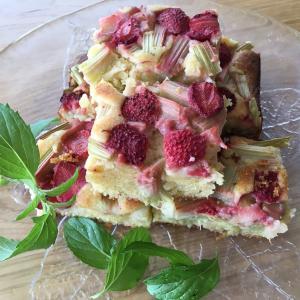 【砂糖なしレシピ】ルバーブとイチゴのケーキ