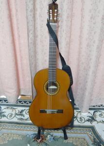 古いギターで試し弾きをした。