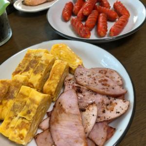 朝食のような昼食を取る一家