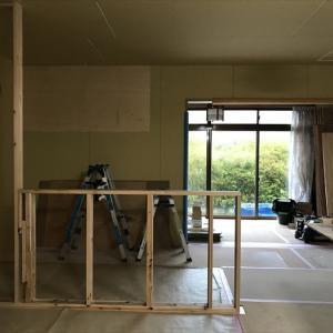 キッチンカウンターと壁の棚 10月18日