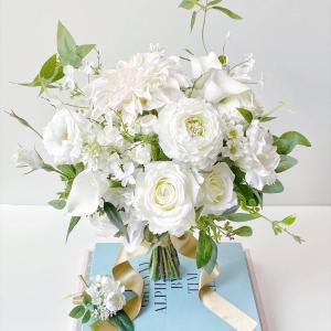 花嫁様の理想を形にするお仕事♪王道ホワイト×グリーンの爽やかクラッチブーケ♡
