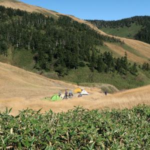 巻機山避難小屋はテント禁止です。