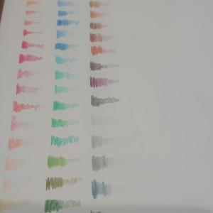色鉛筆画:色見本表を作成中。蛍光灯じゃないライトは絵を描くにも勉強するにもよく無さそう・・・