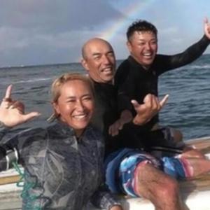 谷繁元信「初めてサーフィンやったった(パシャ」
