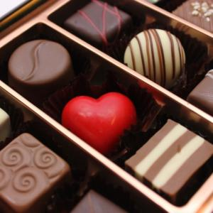 バレンタインの強制は嫌!職場でチョコを配るのがストレスになる理由。