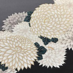 菊を豪華に描いた染帯