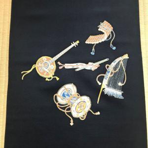 雅楽器を描いた染帯