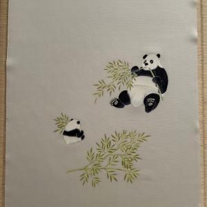 可愛らしいパンダの親子を描いた染帯