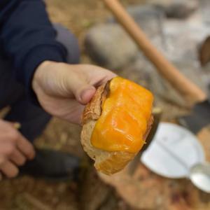 飯テロ!焚き火でアルプスの少女ハイジのチーズパンを作る。