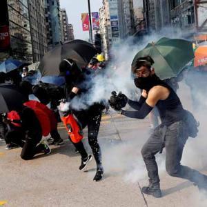 """参加者の一部が過激化 香港""""35万人""""がマスクで大規模デモ"""