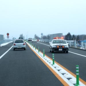 「超ブチ切れ」 片側1車線の高速道路でパトカーが60km/hで走行してた!...これって逆煽り運転じゃないの?