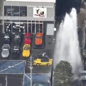 「わ~、スゴイ!」 10mぐらい噴出しているかなぁ~、隣のコルベット専門店・駐車場は水浸しに!/横浜・旭区
