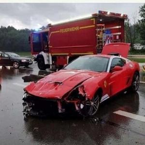 生産台数わずか40台の希少モデルが無残な姿に フェラーリ 599GTBがガードレールに衝突、フロントを大きく損傷