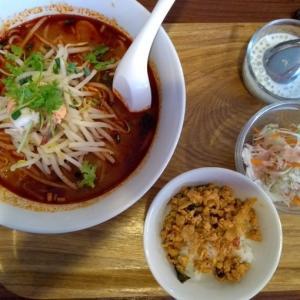 『ティーヌンキッチン』西新宿店の『トムヤンクンヌードル』ランチセット