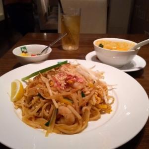 西新宿ランチ♪オフィス街らしくキレイめな感じのエスニック料理店!バンコクキッチン新宿店でパッタイランチ